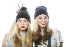 戴帽子的两个女孩朋友 免版税库存图片