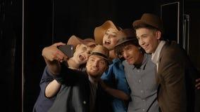 帽子的人们采取selfie 股票视频