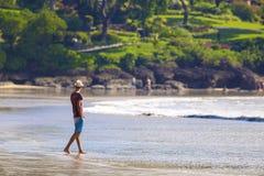 帽子的人在海滩 免版税库存照片