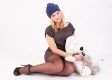 帽子的俏丽的女孩 免版税库存图片