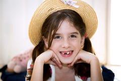 帽子的参差不齐的牙齿女孩 免版税库存照片