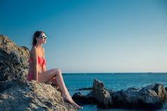 帽子的在Elafonissi的女孩和比基尼泳装晃动海滩 库存图片