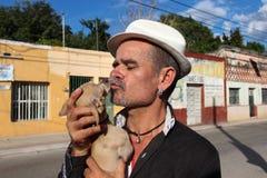 帽子的墨西哥人有狗的 免版税库存照片