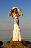 帽子的女孩在海滩 免版税图库摄影