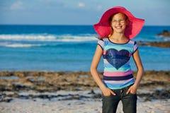 帽子的女孩放松海洋背景 免版税库存图片