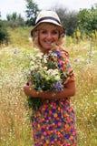 帽子的女孩,帽子的白肤金发的妇女 夏天 花的领域,一个帽子的女孩在花的领域 免版税库存照片