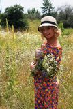 帽子的女孩,帽子的白肤金发的妇女 夏天 花的领域,一个帽子的女孩在花的领域 库存照片