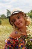 帽子的女孩,帽子的白肤金发的妇女 夏天 花的领域,一个帽子的女孩在花的领域 图库摄影