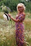 帽子的女孩,帽子的白肤金发的妇女 夏天 花的领域,一个帽子的女孩在花的领域 免版税图库摄影