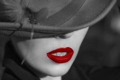 帽子的妇女。红色嘴唇。 免版税库存图片