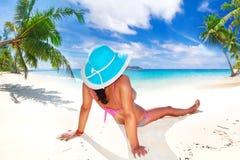 帽子的妇女享受太阳假日的 免版税库存图片
