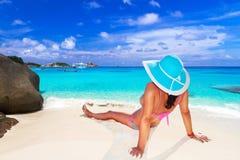 帽子的妇女享受太阳假日的 库存图片