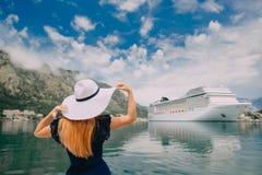 帽子的妇女在巡航划线员背景,背面图站立 库存照片
