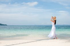 帽子的妇女在热带海滩的海岸线 免版税图库摄影