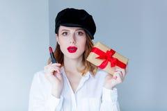 帽子的妇女有唇膏和圣诞节礼物盒的 库存图片