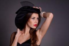 帽子的妇女有香烟的 免版税图库摄影