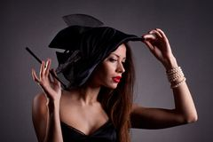 帽子的妇女有香烟的 库存图片