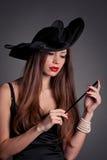 帽子的妇女有香烟的 免版税库存照片