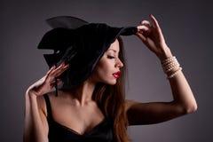 帽子的妇女有香烟的 免版税库存图片