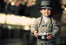 帽子的婴孩与照相机 免版税库存照片