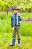 帽子的室外小男孩和的启动 库存图片