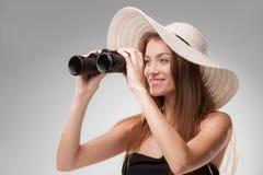 帽子的少妇有双筒望远镜的 图库摄影