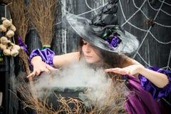 帽子的巫婆烹调媚药的 免版税库存照片