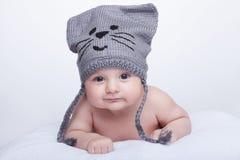 帽子的微笑的婴孩 库存图片