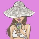 帽子的性感的女孩喝鸡尾酒 库存图片