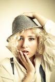 帽子的有红色嘴唇的,企业样式美丽的妇女 免版税库存照片