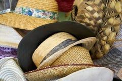 帽子的汇集在古董精品店的 库存图片