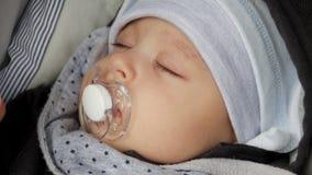 帽子的男婴与安慰者的四个月睡觉 股票视频
