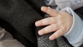 帽子的男婴与安慰者的四个月睡觉 影视素材