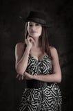 戴帽子的礼服的年轻美丽的夫人 免版税图库摄影