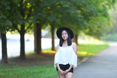 帽子的美丽的亚裔妇女调查照相机画象 库存图片