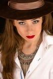 帽子的美丽的式样夫人在演播室 库存图片