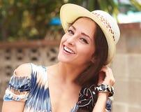 帽子的美丽的微笑的妇女户外 免版税库存照片
