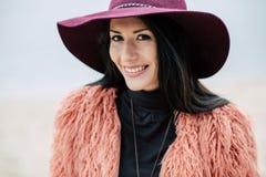 帽子的美丽的微笑的妇女 库存照片