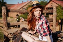 帽子的美丽的红头发人少妇女牛仔 免版税库存图片