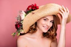 帽子的美丽的赤裸女孩有花的微笑对照相机的 库存图片