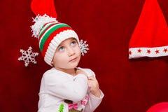 帽子的逗人喜爱的婴孩庆祝圣诞节 免版税库存图片