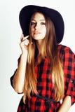帽子的年轻俏丽的深色的女孩行家在白色背景偶然关闭出空想微笑的 真正美国现代 免版税库存图片