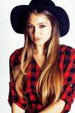 帽子的年轻俏丽的深色的女孩行家在白色背景偶然关闭出空想微笑的 真正美国现代 免版税库存照片