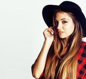 帽子的年轻俏丽的深色的女孩行家在白色背景偶然关闭出空想微笑的 库存图片