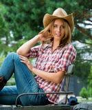帽子的年轻女牛仔 免版税库存图片