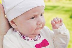帽子的婴孩在我的母亲的手 免版税库存图片