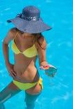 帽子秸杆佩带的妇女年轻人 免版税库存照片