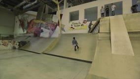 帽子跃迁的四轮溜冰者在跳板 极其体育运动 在skatepark的竞争 挑战 影视素材