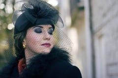 帽子面纱葡萄酒佩带的妇女 免版税图库摄影