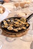 帽贝在一家餐馆服务在圣地米格尔海岛上的Mosteiros在亚速尔群岛,葡萄牙 库存照片
